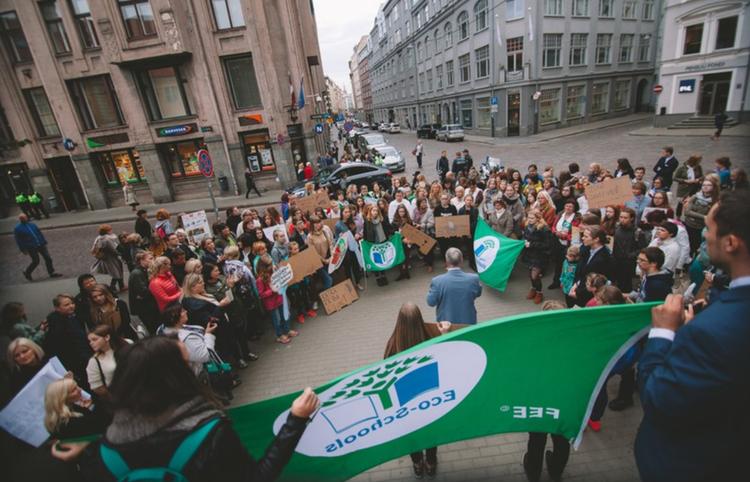 Foto: Zaļā karoga saņemšana Latvijas Nacionālajā bibliotēkā