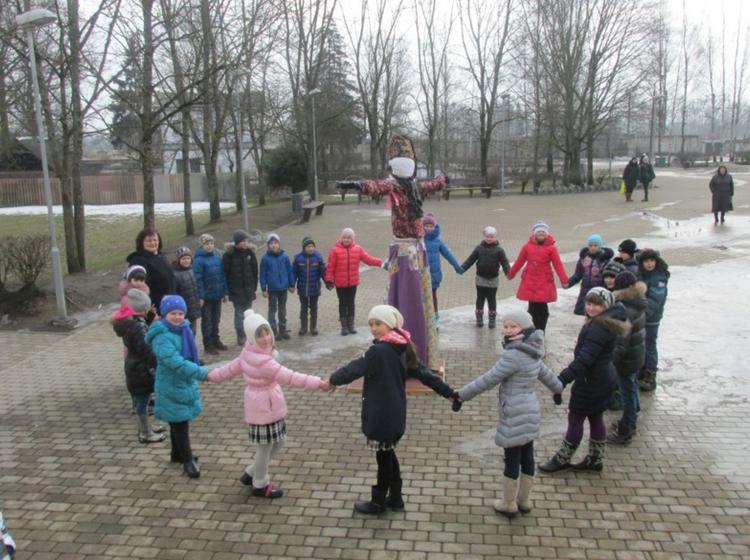 Foto: skolēni. Meteņu dienas pasākums
