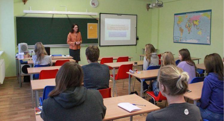 Karjeras iespējas diplomātijā - Ivita Burmistre un Šārona Hadsone-Dīna Olaines vidusskolā
