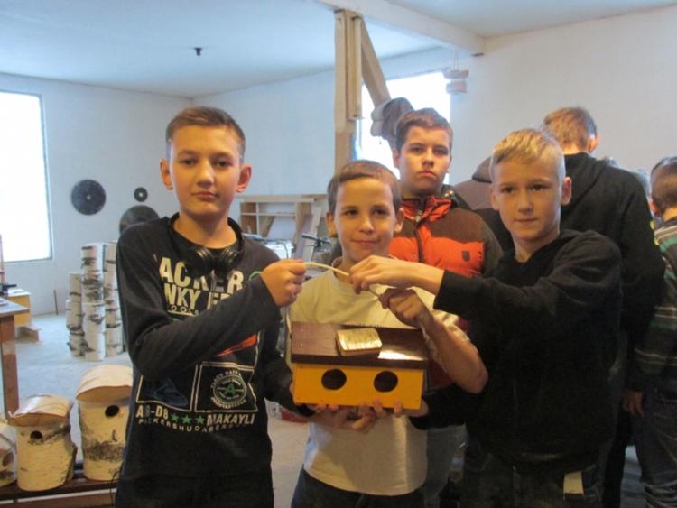 Foto: skolas kokapstrādes pulciņa dalībnieki
