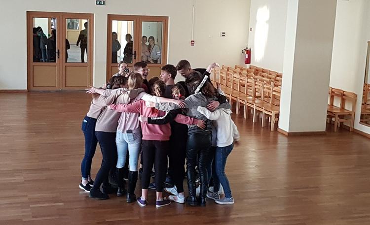 Foto: skolēni. Starptautiskā apskāvienu diena