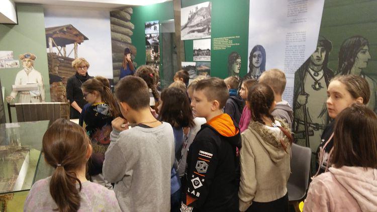 Foto: skolēni. Ogres vēstures un mākslas muzejs