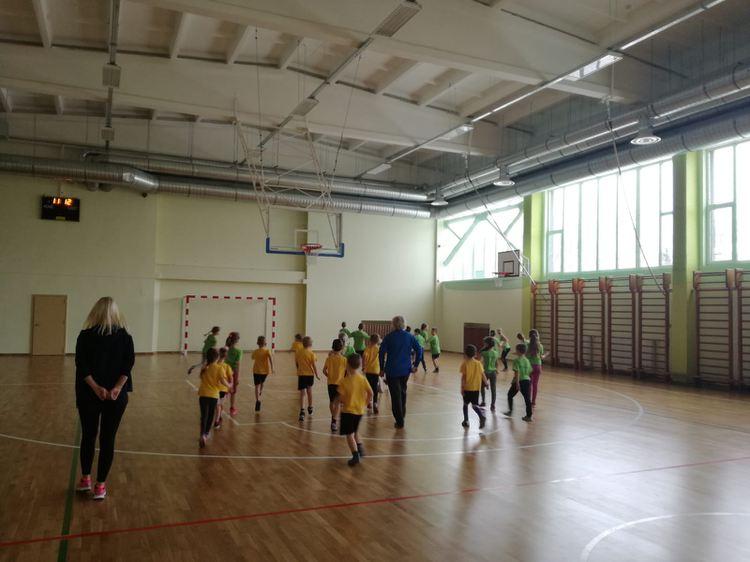"""Foto: PII """"Zīle"""" audzēkņi piedalījās sporta stundā Olaines 2.vidusskolā"""