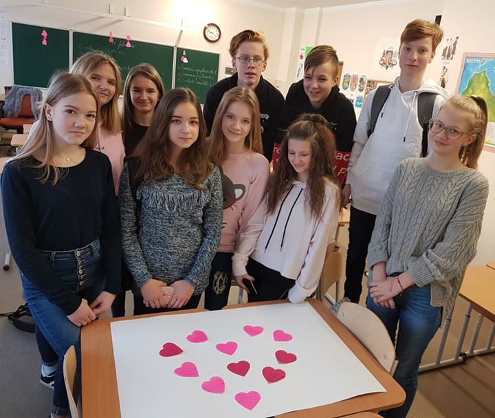 Foto: skolēni. Valentīndienai veltīta latviešu valodas stunda