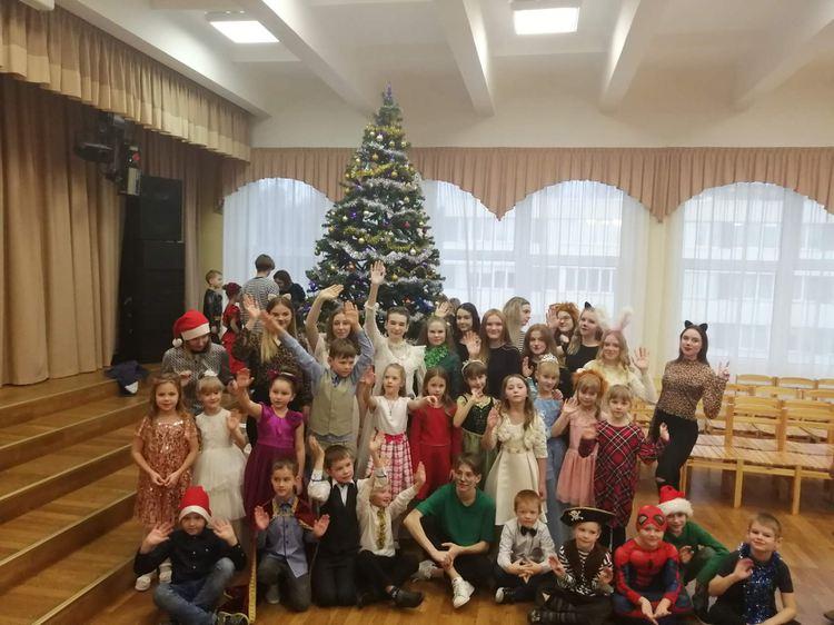 Foto: skolēni. Ziemassvētku pasākums