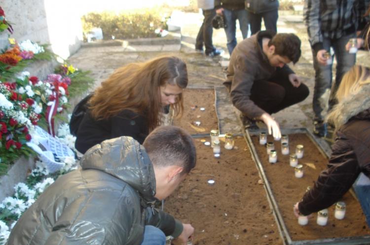 Foto: skolēni . Rīgas Brāļu kapu apmeklēšana