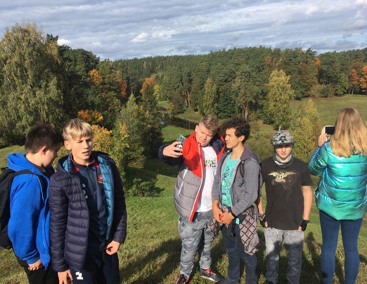 Foto: skolēni. Ceļojums uz Tērvetes parku