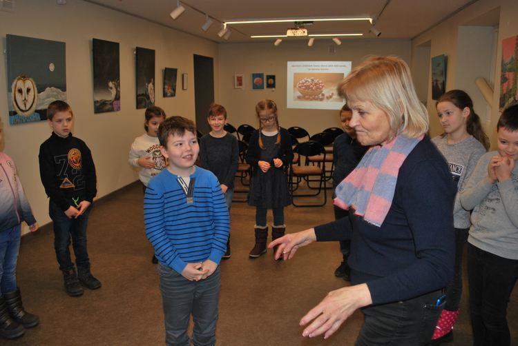"""Foto: skolēni un skolotāja V.Šinkarenko. """"Sveču diena"""""""