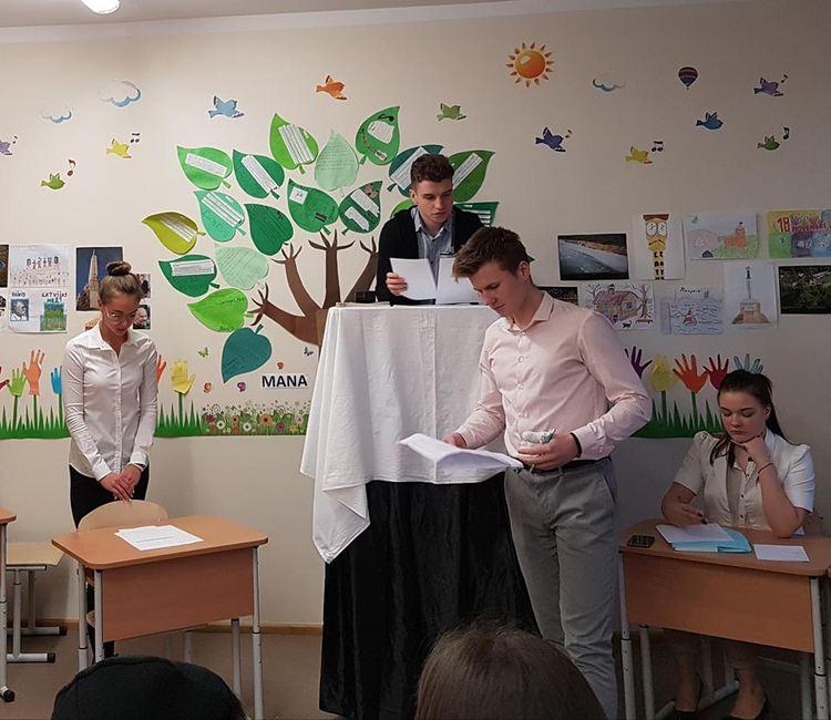 Foto: skolēni. Latviešu literatūras stunda