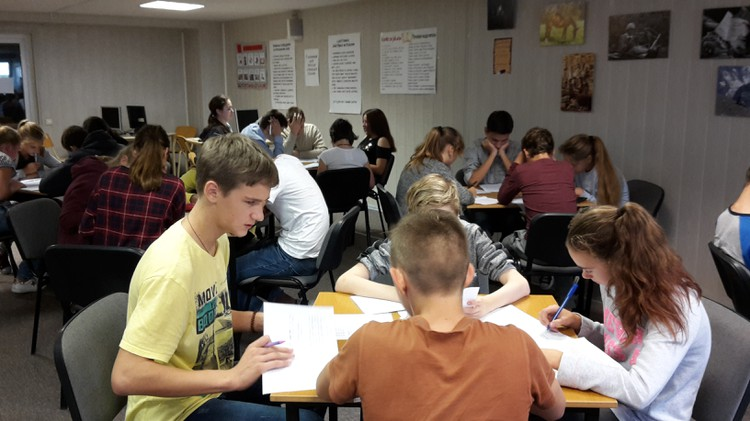 Foto: skolēni. Latviešu valodas stunda