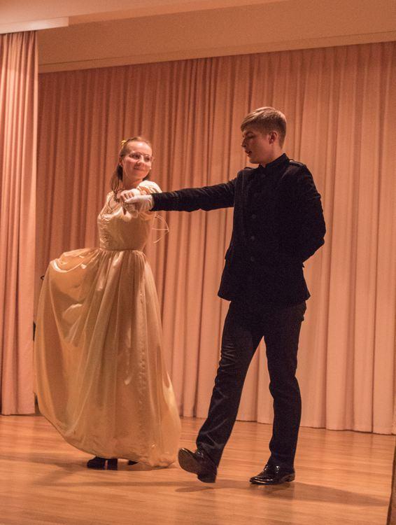 """Foto: skolēni. Olaines novada jauniešu projekts """"Lielā Puškina balle"""""""