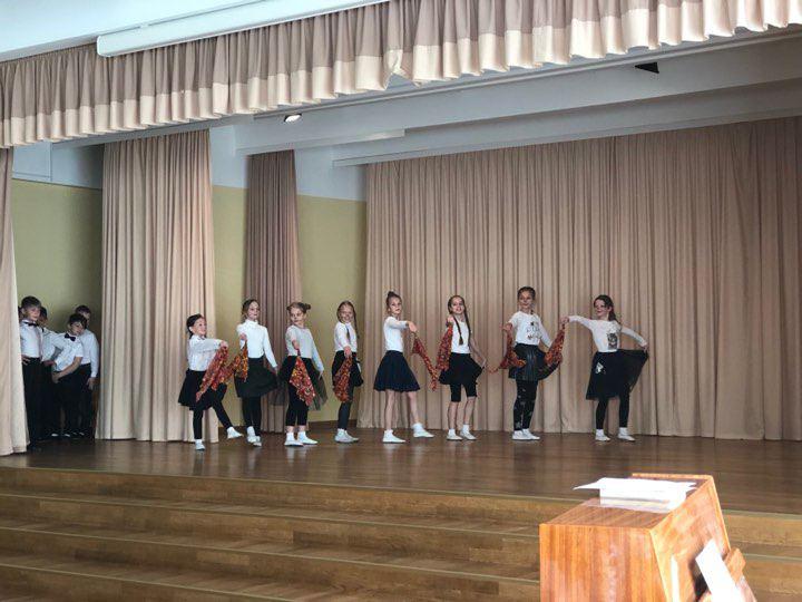 Foto: skolēni. Mātes dienai veltīts koncerts