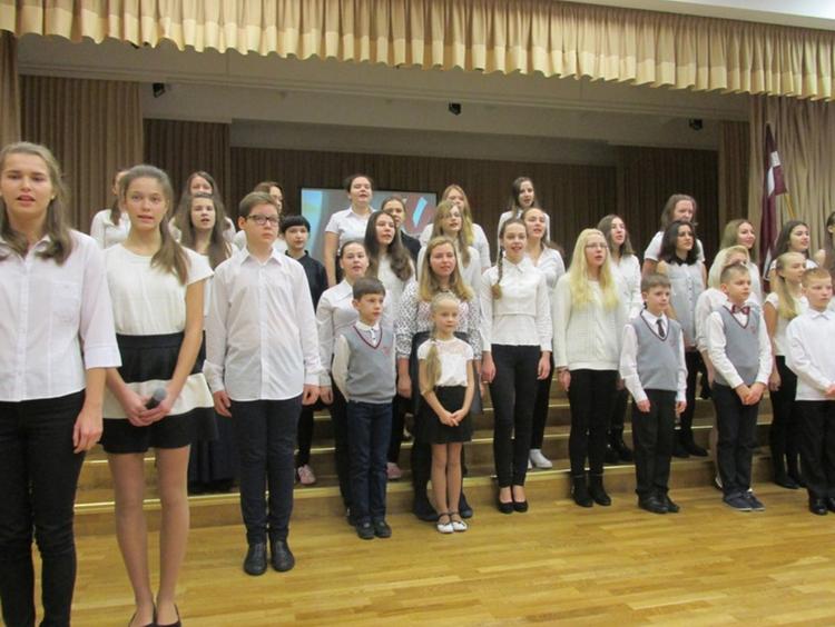 Foto: skolēni. Svinīgais pasākums, kas veltīts Latvijas dzimšanas dienai